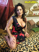 This mature slut loves to show her stuff